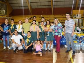 Clube de Desbravadores ajudando no Ginásio Municipal de São Roque.